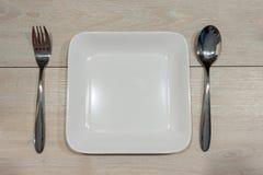 Piatto in bianco su una tavola di legno Immagine Stock Libera da Diritti