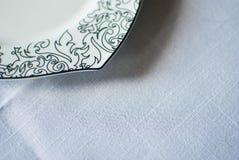 Piatto bianco sulla tovaglia Fotografia Stock
