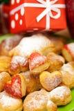 Piatto, biscotti, regali e sfere di natale Immagini Stock