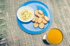 Piatto blu con le piccole fette di pane su e Fotografia Stock Libera da Diritti