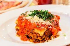 Piatto bolognese delle lasagne al forno, ricetta tradizionale con salsa al pomodoro, formaggio e carne immagini stock