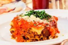 Piatto bolognese delle lasagne al forno, ricetta tradizionale con salsa al pomodoro, formaggio e carne fotografia stock libera da diritti