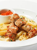 Piatto caldo della carne - porco cotto con pasta Penne Fotografia Stock Libera da Diritti