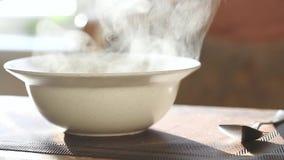 piatto caldo in un piatto profondo stock footage