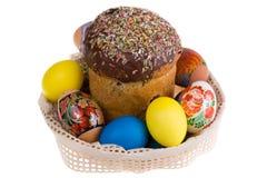 Piatto celebratorio con le uova di Pasqua e la torta Fotografie Stock Libere da Diritti