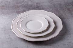 Piatto ceramico bianco dello spazio in bianco vuoto sul bordo del cemento fotografia stock