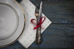 piatto ceramico bianco vuoto e argenteria d'annata su backgr di legno immagine stock libera da diritti