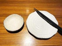 Piatto ceramico con i bastoncini di legno in ristorante giapponese Immagine Stock Libera da Diritti