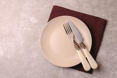 Piatto ceramico d'annata vuoto, coltelleria, tovagliolo Vista superiore, copyspac Immagini Stock Libere da Diritti
