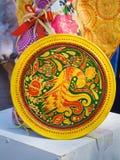 Piatto ceramico decorativo fatto a mano e dipinto a mano, modelli floreali luminosi ed uccello fantastico fotografia stock libera da diritti