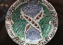 Piatto ceramico delle terraglie di arabesque di Nicea del turco Fotografie Stock