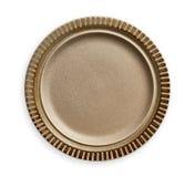 Piatto ceramico vuoto con il bordo del modello della banda, piatto di Brown con l'orlo di marrone scuro, vista da sopra isolato s fotografia stock libera da diritti