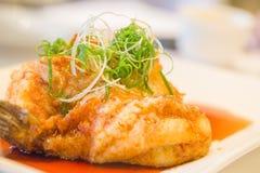 Piatto cinese: garrupa fritto immagine stock