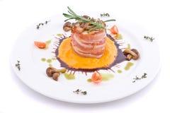 Piatto con carne del coniglio spostato in su da pancetta affumicata Fotografia Stock Libera da Diritti