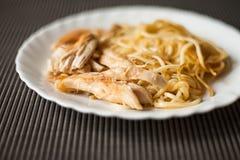 Piatto con carne e pasta, pollo fritto come alimento per la prima colazione Fotografie Stock