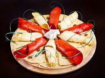 Piatto con differenti fette di formaggio Immagini Stock Libere da Diritti