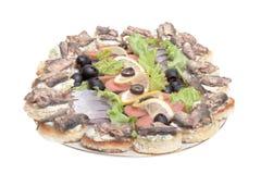 Piatto con differenti squisitezze del pesce isolate su backgroun bianco Immagini Stock Libere da Diritti