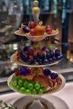 Piatto con frutta e la piccola gente, il museo di Corning di vetro Immagini Stock Libere da Diritti