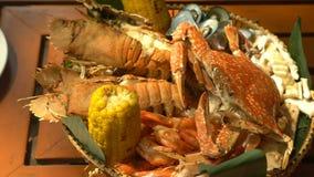 Piatto con frutti di mare girare sulla tavola di legno in ristorante stock footage