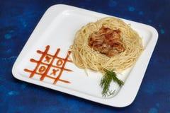 Piatto con gli spaghetti e la cotoletta, pittura della salsa del tic-TAC-dito del piede Scherza il menu Immagine Stock Libera da Diritti