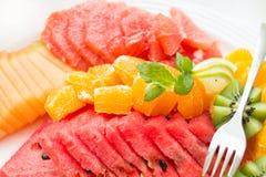 Piatto con i frutti affettati freschi. Fotografia Stock