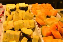 Piatto con i frutti affettati sulla tavola di buffet servered fotografia stock libera da diritti
