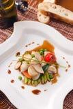 Piatto con i frutti di mare e le verdure fotografia stock libera da diritti
