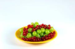Piatto con i frutti sulla tavola bianca Immagine Stock