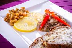 Piatto con i gamberetti ed il limone fritti sulla zolla Fotografie Stock Libere da Diritti