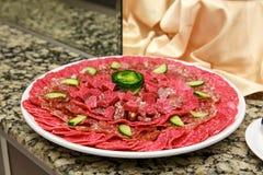 Piatto con i prodotti a base di carne affettati Immagini Stock Libere da Diritti