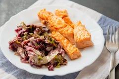 piatto con il contorno di color salmone e rosso del radicchio fotografie stock