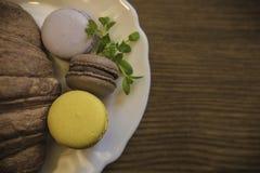 Piatto con il croissant delizioso di recente al forno ed il maccherone colorato fotografia stock