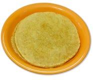 Piatto con il pancake del grano su bianco Fotografia Stock Libera da Diritti