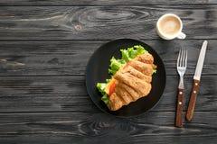 Piatto con il panino delizioso del croissant Immagine Stock