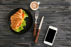 Piatto con il panino delizioso del croissant Fotografia Stock Libera da Diritti