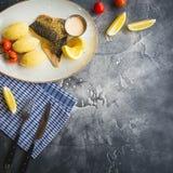 Piatto con il pesce arrostito, il porridge del miglio, il pomodoro, la fetta del limone e la salsa di gamberetto Copi lo spazio D Fotografia Stock Libera da Diritti
