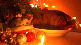 Piatto con il pollo arrostito nella sera sulla notte di Natale archivi video