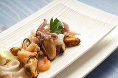 Piatto con l'insalata dei frutti di mare immagini stock