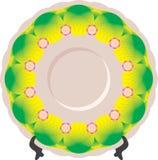Piatto con l'ornamento verde sul supporto Fotografie Stock