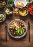 Piatto con la coltelleria ed i vari pasti dell'insalata La barra di insalata vegetariana con varietà di alimento vegetariano lanc fotografia stock libera da diritti