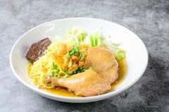 Piatto con la minestra, le tagliatelle e le verdure casalinghe fresche di pollo immagini stock