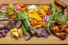 Piatto con le costole e le verdure sulla tavola Fotografie Stock