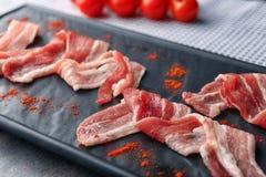 Piatto con le fette di lardo di bacon sulla tavola, primo piano fotografia stock libera da diritti