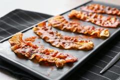Piatto con le fette di lardo fritte del bacon, primo piano immagini stock