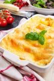 Piatto con le lasagne al forno casalinghe su una tavola brillantemente accesa Immagine Stock Libera da Diritti