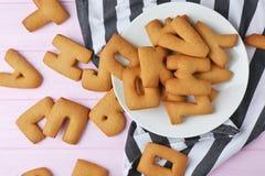 Piatto con le lettere del biscotto sul tovagliolo Fotografia Stock
