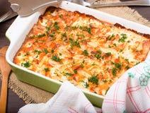 Piatto con le patate al forno su un tavolo da cucina Fotografie Stock Libere da Diritti