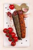 Piatto con le salsiccie ed i pomodori Fotografia Stock