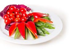 Piatto con le verdure affettate Immagine Stock