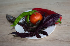 Piatto con le verdure sulla tavola, fondo vago della cucina Backgro del peperone dolce, basilico e pomodoro verdi e rossi Fotografia Stock Libera da Diritti